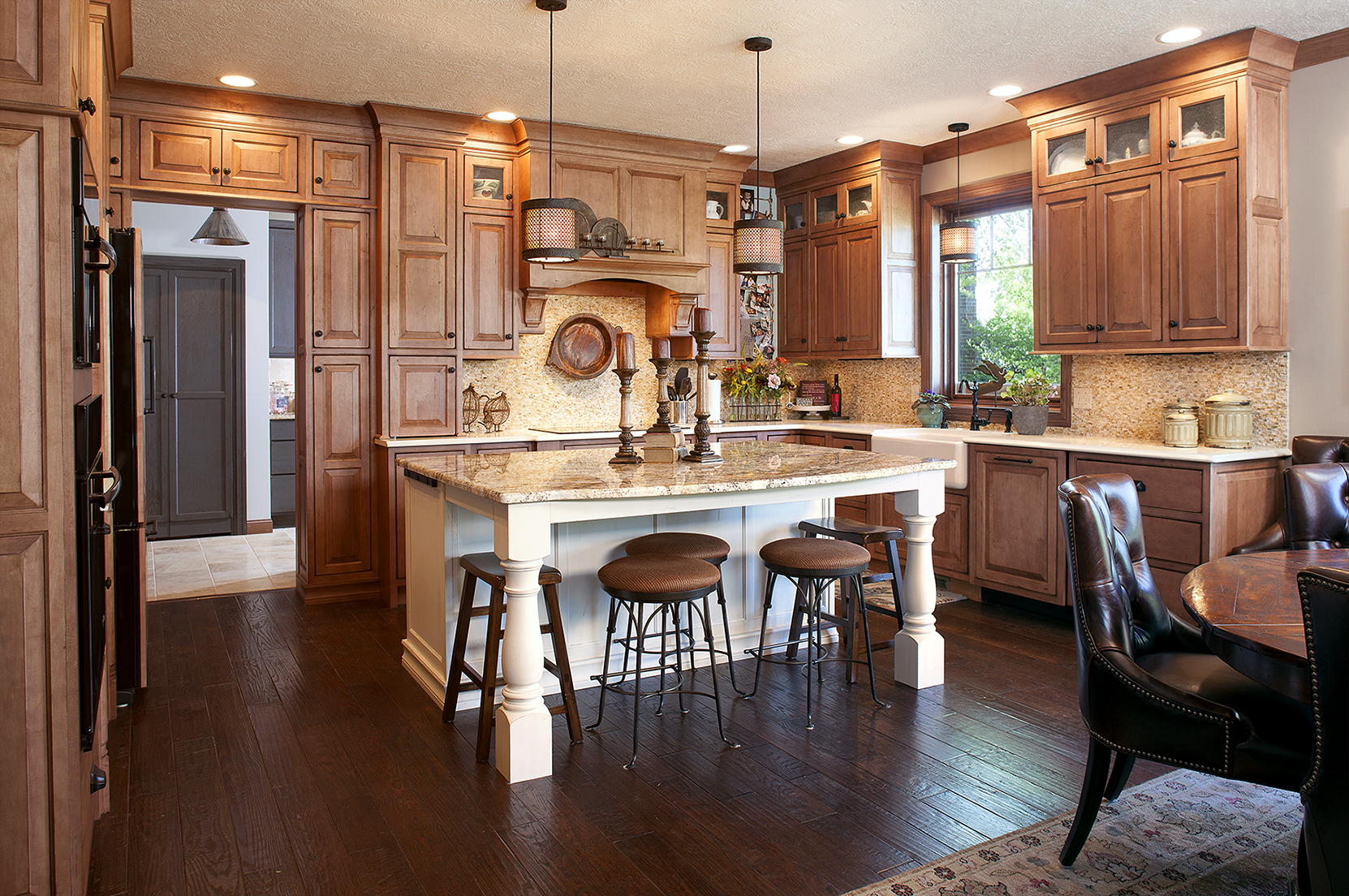 Stained kitchen cabinets in Vintage Nutmeg by Showplace Cabinetry - view 1