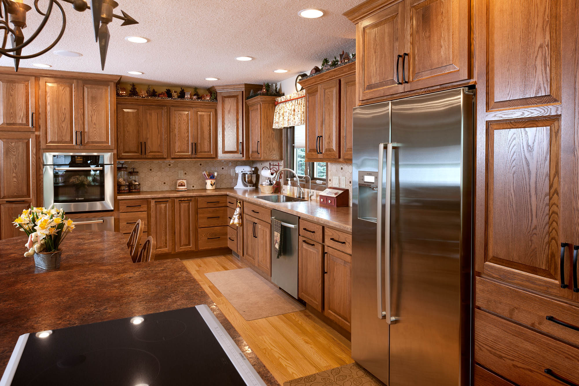 Stained kitchen cabinets in Cognac by Showplace Cabinetry - view 2