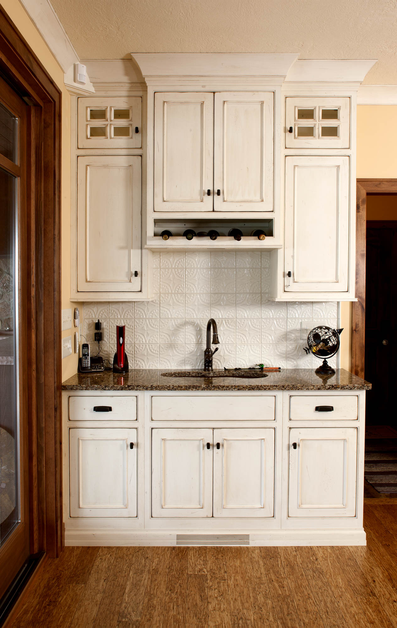 Painted kitchen wetbar in Vintage Soft Cream by Showplace Cabinetry