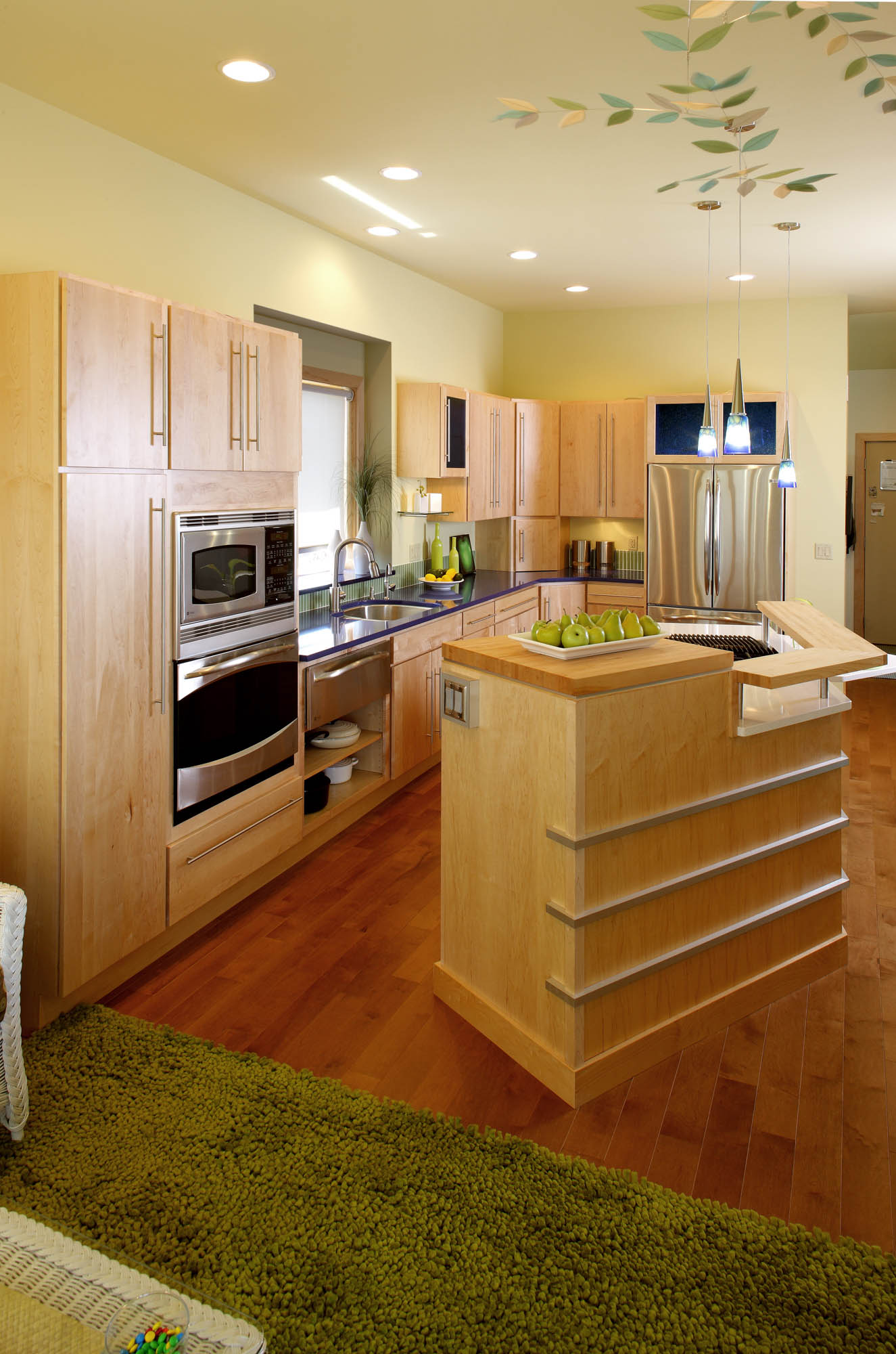 Stained kitchen cabinets in Natural by Showplace Cabinetry - view 2